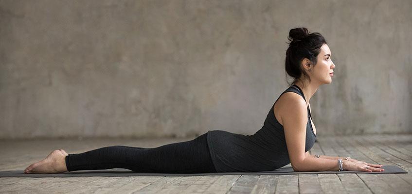 Поза йоги лежа на животе