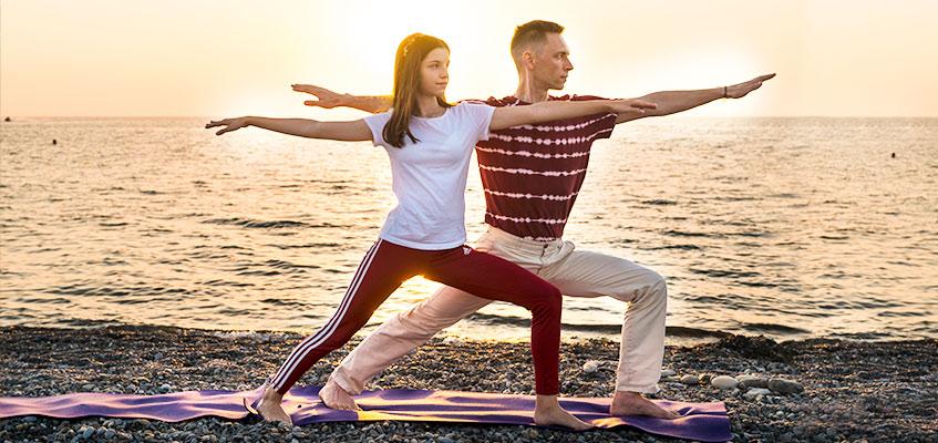2 человека делают упражнение